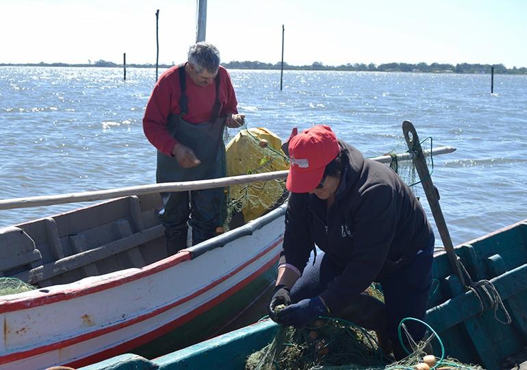 Pescador António Silva e esposa trabalhando nos seus dois barcos